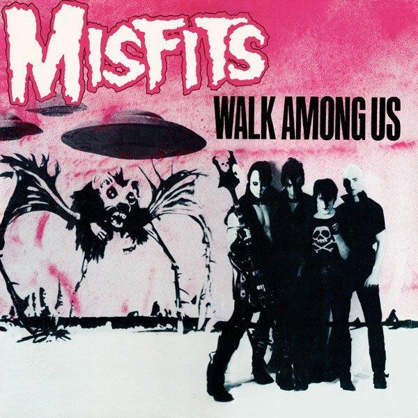 """Ultimatum alla Terra! Con """"Walk Among Us"""" i Misfits camminano fra noi, tra zombie e dischi volanti."""