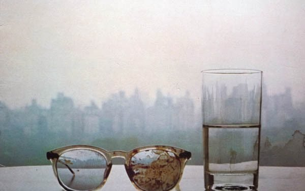 "Camminando sul ghiaccio: il dolore e la speranza in ""Season Of Glass"" di Yoko Ono"