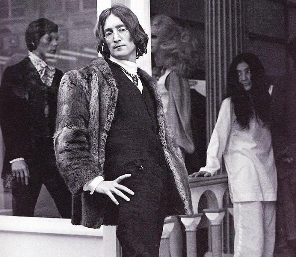 John Lennon e Yoko Ono fuori da Apple Tailoring