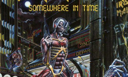 """La vita degli Iron Maiden nell'artwork di """"Somewhere In Time"""" disegnata da Derek Riggs: la copertina e i riferimenti ludici"""